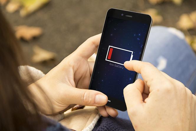Mặc dù công nghệ pin cải thiện nhưng tuổi thọ pin trên smartphone vẫn chưa tăng lên - Ảnh: Shutterstock