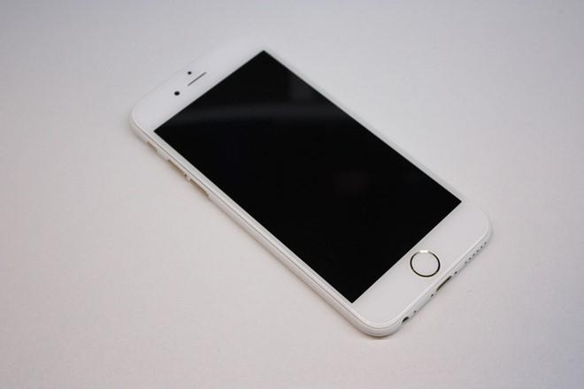 sau-iphone-den-nham-xuat-hien-iphone-trang-nham-bb-baaadcq22o